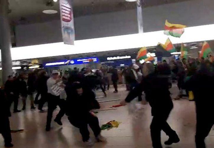 Las personas se enfrentaron a golpes en aeropuerto alemán de Hannover. (Foto: Captura)