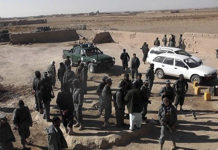 Policías afganos vigilan el escenario de un atentado en el distrito de Mawzad, Helmand. (EFE/Archivo)