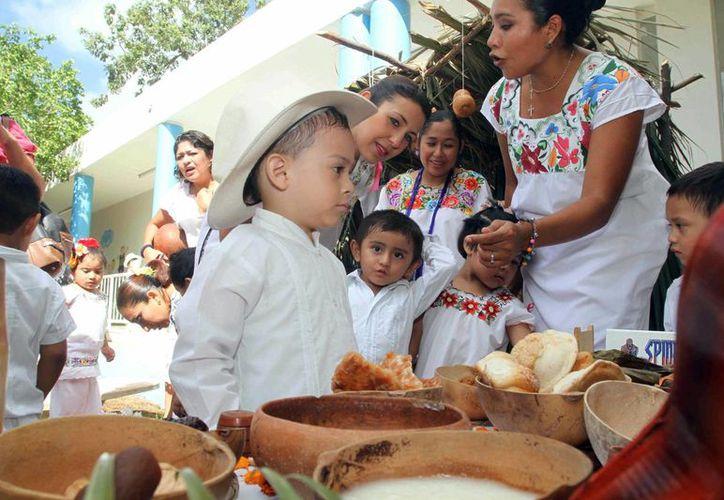 Los pequeños alumnos de los Cendis municipales participaron con entusiasmo en la muestra de altares de Hanal Pixán. (SIPSE)