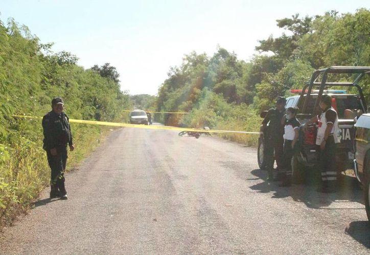 La motocicleta de los infortunados jóvenes quedó en medio de la carretera. (Milenio Novedades)