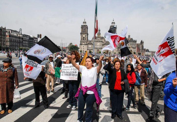 """Manifestantes participan en la marcha """"43x43. Ni un desaparecido más"""" el domingo 9 de noviembre de 2014, en la Ciudad de México. (EFE)"""