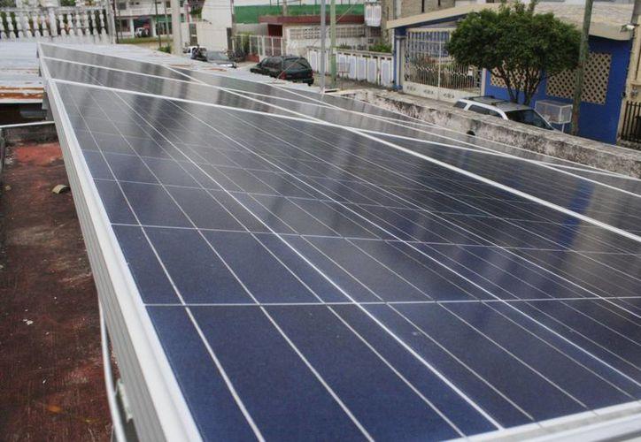 La usuaria instaló en su domicilio 12 paneles de 250 watts con los que se generarán entre 740 y 800 kilowatts bimestrales de energía. (Harold Alcocer/SIPSE)
