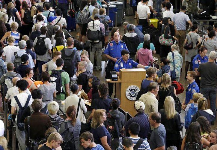 Los pasajeros se manifestaron a través de las redes sociales en donde indicaron retrasos de más de tres horas en los vuelos. (Archivo AP)