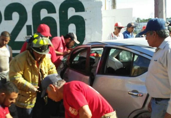 La mujer fue sacada y liberada del auto por bomberos y posteriormente llevada a una clínica del ISSSTE, donde murió más tarde a causa de sus heridas. (López Dóriga Digital)