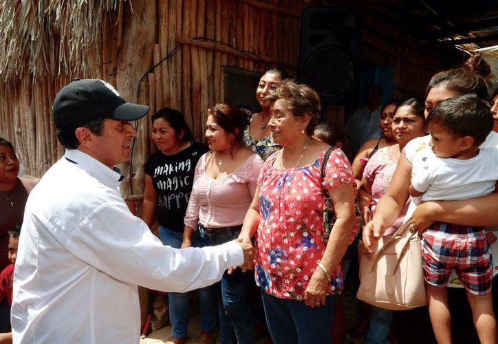 El el gobernador de Q. Roo, Carlos Joaquín, entregó de 19 acciones de ampliaciones y mejoramiento de vivienda en José María Morelos. (Cortesía)