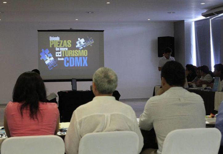 El presidente de la AMAV DF, Fidel Ovando Zavala, invitó a los empresarios turísticos a hacer negocios con la agrupación nacional. (Harold Alcocer/SIPSE)