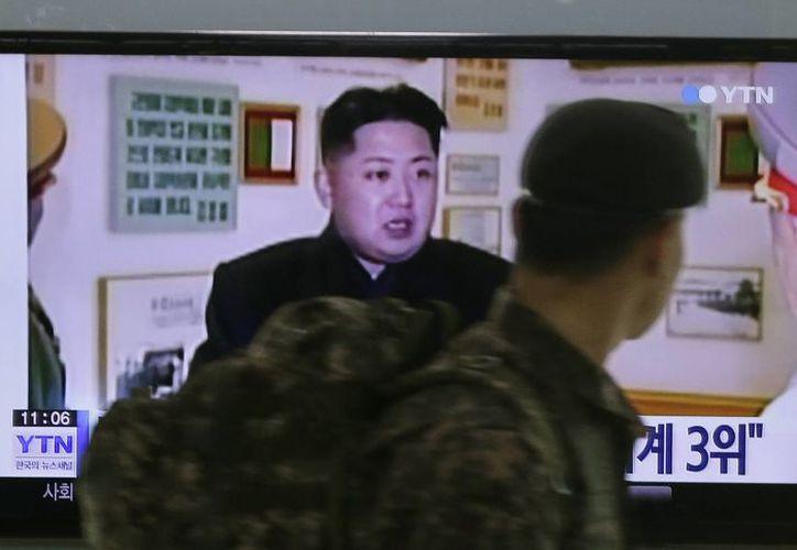 Un soldado surcoreano observa en una estación ferroviaria en Seúl, Corea del Sur, un programa noticioso que hace referencia al gobernante norcoreano Kim Jong Un, el lunes 22 de diciembre de 2014. (Foto: AP/Ahn Young-joon)