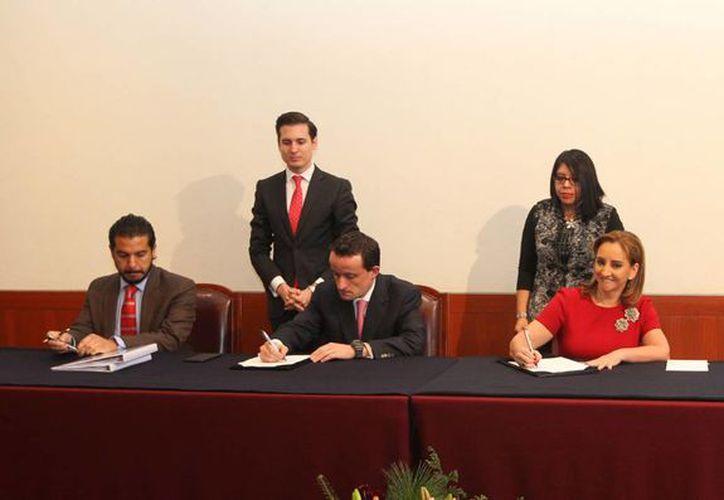 La cancillería y el Instituto Mexicano del Seguro Social (IMSS) firmaron un convenio de colaboración para acercar programas a la población migrante, principalmente la que se encuentra concentrada en los Estados Unidos. (Notimex)