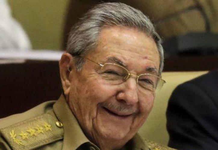 El presidente de Cuba, Raúl Castro sonríe durante una sesión legislativa bianual en la Asamblea Nacional en La Habana, Cuba. (Agencias)