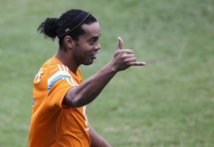 Ronaldinho Gaucho, quien llegó a ser el mejor futbolista del mundo, jugará un partido amistoso con el club Barcelona de Ecuador. (EFE)