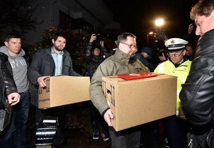 Autoridades sacan de la casa de Andreas Lubitz, el copiloto del vuelo de Germanwings que se estrelló en los Alpes, como parte del proceso de investigación para determinar los motivos que tuvo para estrellar la aeronave. (AP)