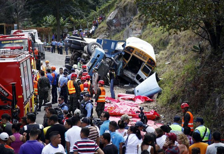 Unas 19 personas fallecieron en el lugar del accidente. (AP/Fernando Antonio)