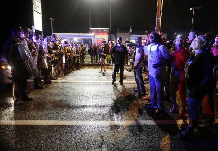Al menos 56 personas fueron detenidas durante los enfrentamientos entre manifestantes y policías, durante las protestas por el caso Michael Brown. (AP)