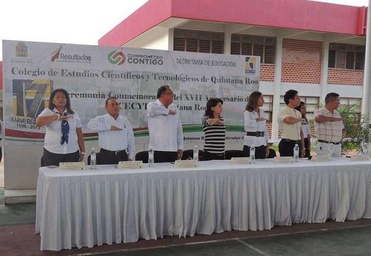 Alumnos, maestros y personal directivo y administrativo asistieron a la ceremonia. (Redacción/SIPSE)