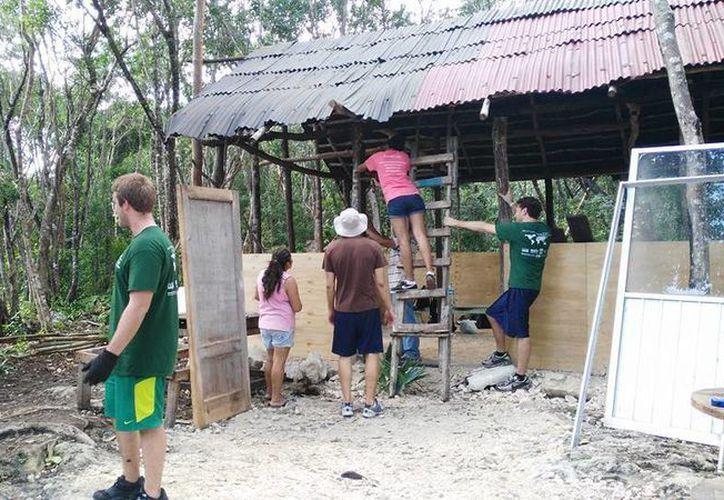 La fundación Contando con un Amigo instaló una escuela en la zona de invasión conocida como Las Torres. (Octavio Martínez/SIPSE)