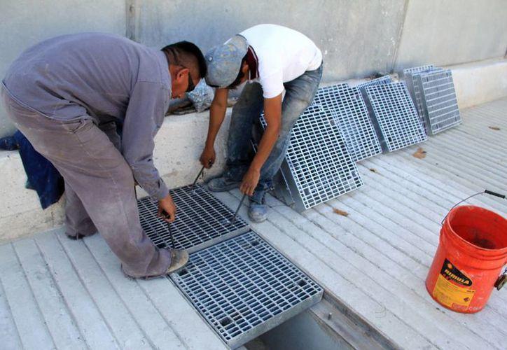 La rejilas se empezaron a instalar desde ayer por empleados de la empresa Proser. (José Acosta/SIPSE)
