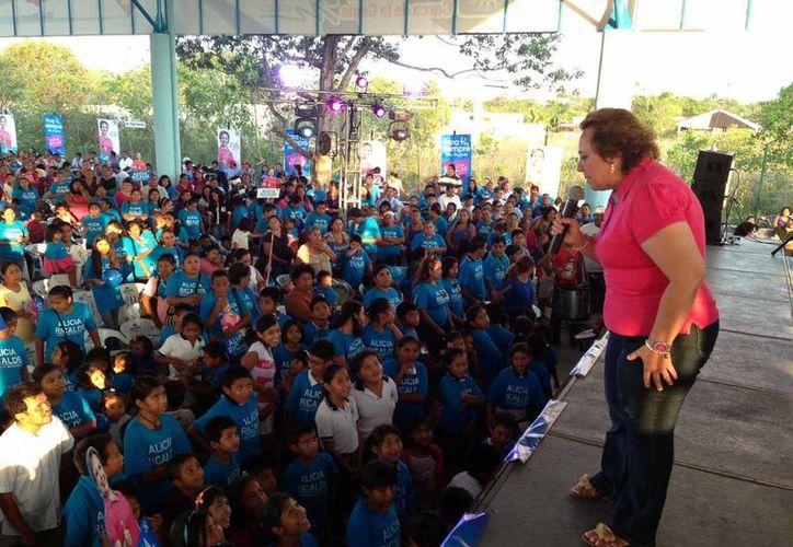 Ricalde Magaña encabezó un mitin ante cientos de simpatizantes. (Lanrry Parra/SIPSE)