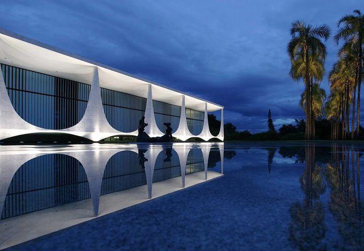 El Palacio de Alborada es una de las tantas obras de Oscar Niemeyer que decoran la ciudad de Brasilia. (moderndesign.org)
