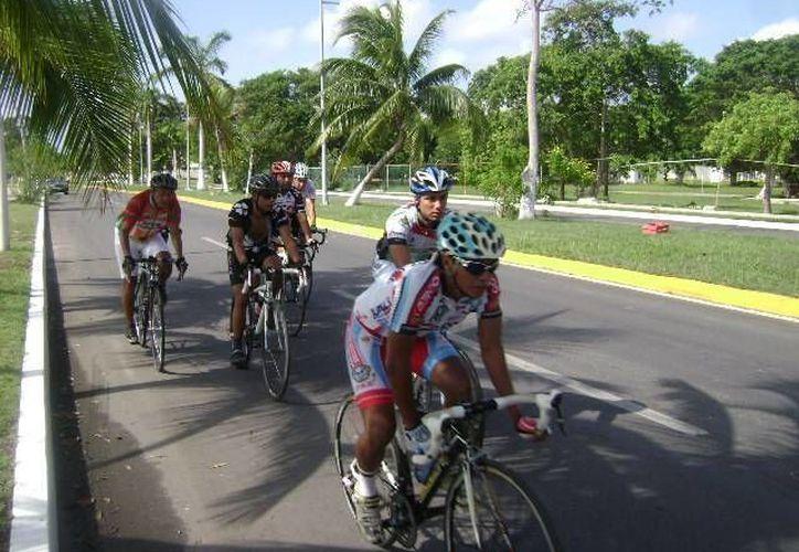 Quienes practican ciclismo en Cancún optan por hacerlo en grupos porque individualmente suele ser peligroso. (Archivo/SIPSE)