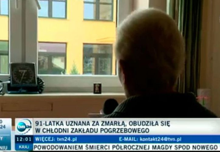 """Captura de pantalla del sitio web polaco TVN24, del video que ilustra la nota de la mujer que """"revivió"""" en la morgue. (http://www.tvn24.pl)"""