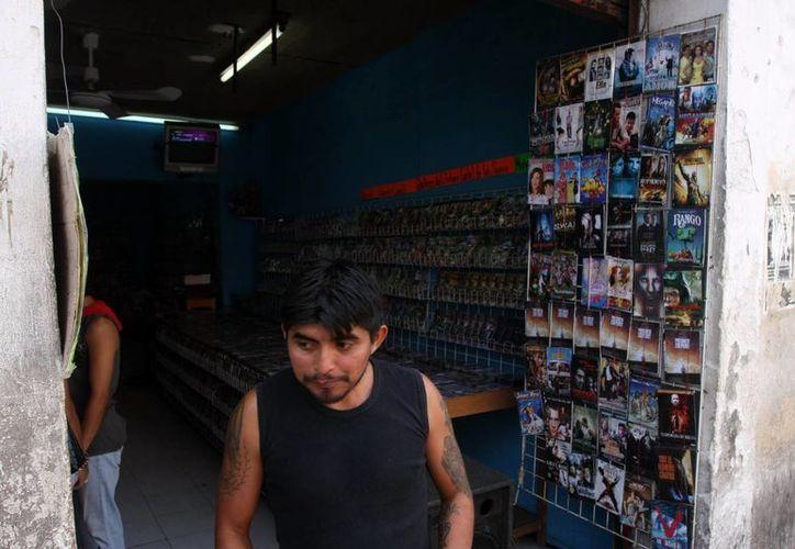 En el centro de Mérida operan varios comercios de piratería. (Milenio Novedades)
