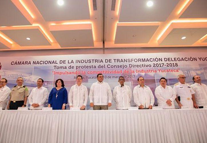 La nueva directiva de la Cámara Nacional de la Industria de la Transformación, en Yucatán, tomó protesta este sábado. (Cortesía)