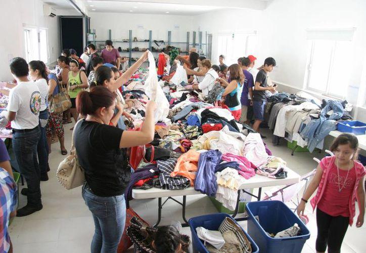 Se ofrecen ropa nueva y seminueva, juguetes, libros, películas, muebles, entre otros artículos. (Luis Soto/SIPSE)