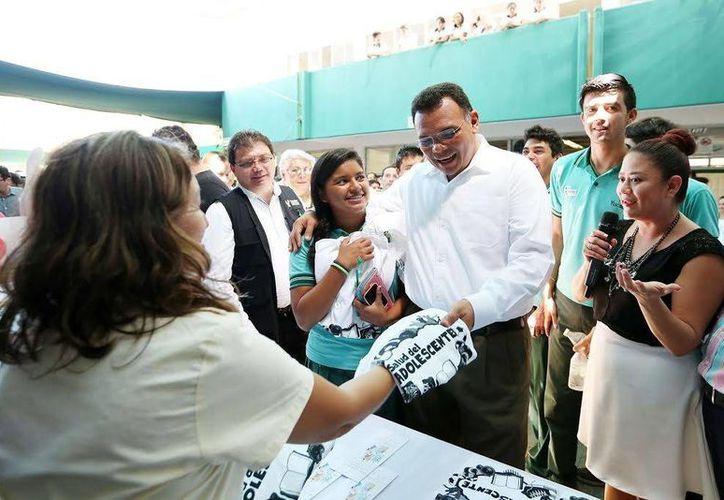 El gobernador Rolando Zapata  inauguró la edición 2015 de la Semana Nacional de Salud de la Adolescencia, que promoverá estilos de vida saludables mediante actividades recreativas, deportivas, culturales y pláticas preventivas. (SIPSE)