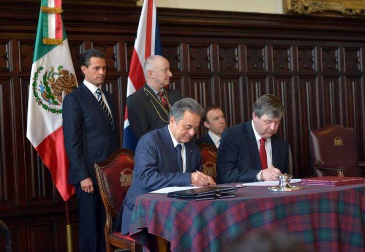 Firma de diversos acuerdos bilaterales pactados entre el secretario de Estado del Reino Unido para Escocia, Alistair Carmichael y el secretario de Energía, Pedro Joaquín Coldwell. (presidencia.gob.mx)