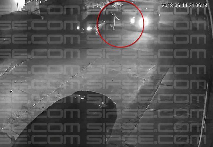 Las corporaciones llegaron a la calle Róbalo para confirmar la ejecución de una persona al interior de un auto. (Captura de video/SIPSE)
