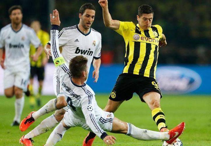Lewandowski seguirá con el Borussia (amarillo) al menos hasta 2014. (firstpost.com/Archvo)
