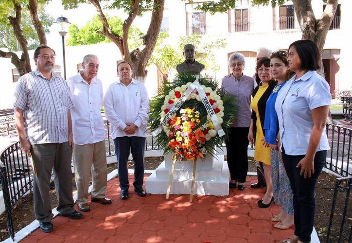 Se colocó una ofrenda floral al busto ubicado en Bellas Artes.En la ceremonia se leyó el poema del autor,'Santa Lucía'.(Jorge Acosta/SIPSE)