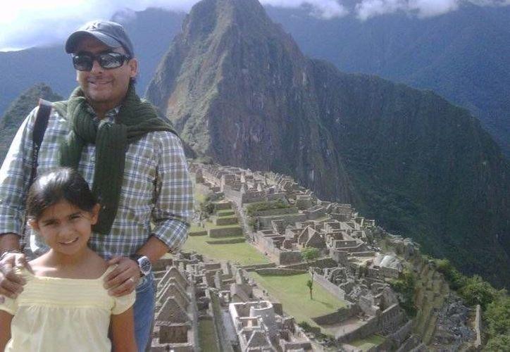 El comendiate posa junto a su hija durante un viaje al Perú (Foto tomada de facebook)
