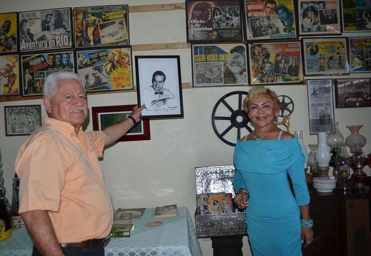 """Víctor Lara y Bekina Fernand  con la imagen de """"Pedrito"""" en el Museo Lara. (Theany Ruz/SIPSE)"""