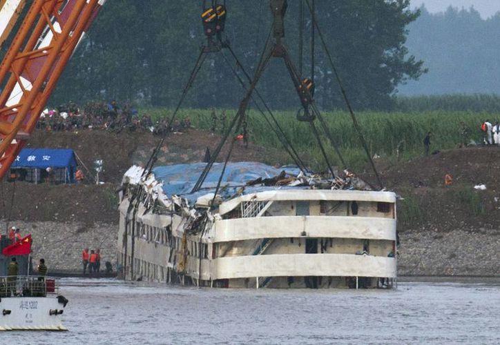 Momento en que es puesto a flote el crucero Eastern Star que naufragó en el río Yangtsé en la provincia china de Hubei, el 5 de junio de 2015. (Foto: Chinatopix, vía AP)