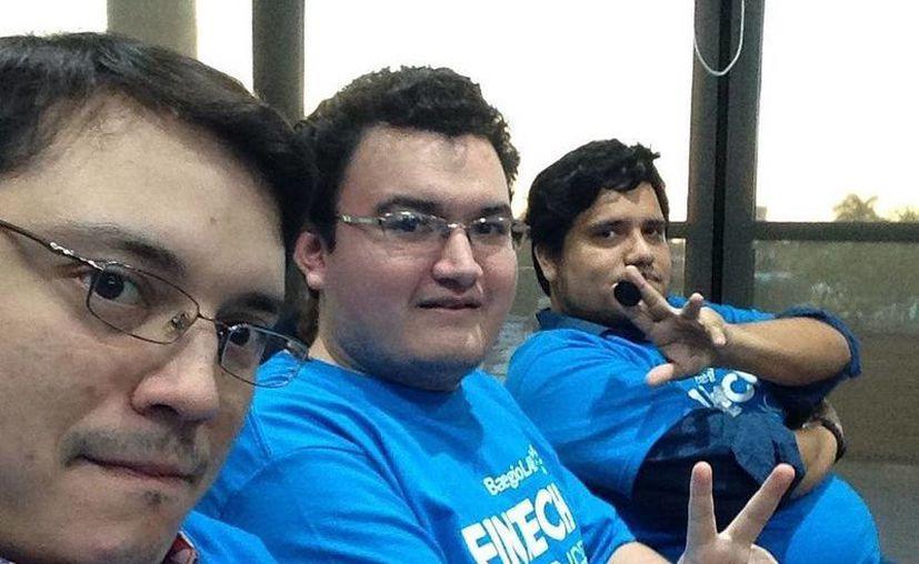 Diego Zetina, Jaime Negrete y Luis López, integrantes del equipo ganador, quienes se hicieron acreedores de un Ipad.  (Milenio Novedades)