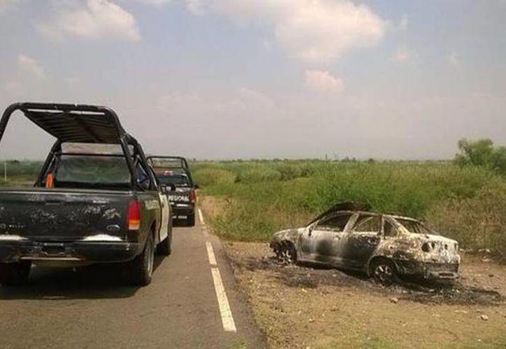 Imagen de un vehículo quemado por uno de los grupos antagónicos, en el municipio de Asunción Ocotlán. (@UnOaxaca)