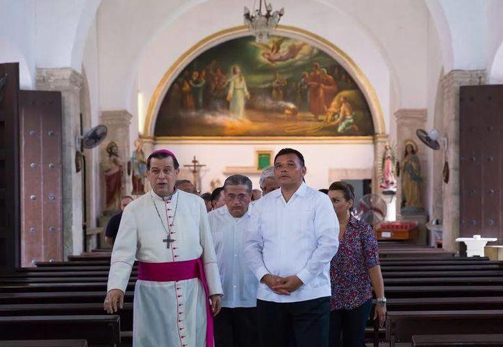 El gobernador Rolando Zapata y el arzobispo Gustavo Rodríguez observan los trabajos de mantenimiento y restauración realizados al templo de Santa Lucía. (Fotos cortesía del Gobierno estatal)