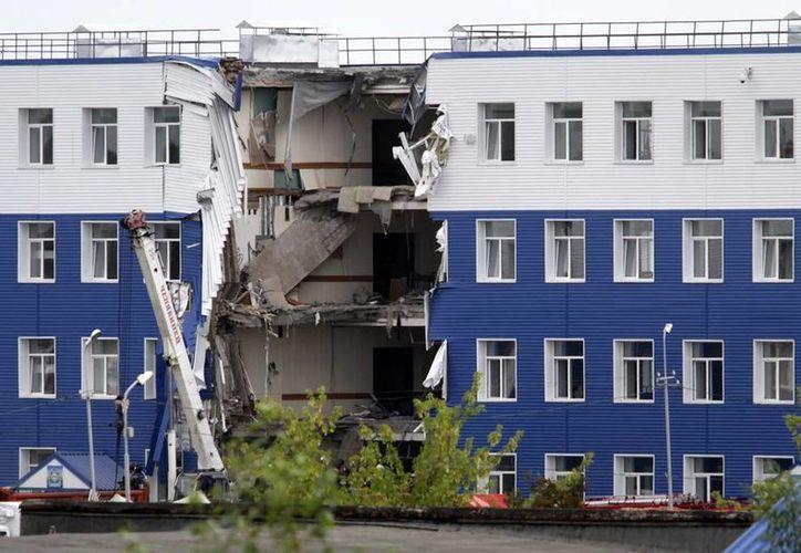 Se colapsa el techo de un cuartel militar en Omsk, Rusia. Equipos de rescate buscan las víctimas atrapadas bajo los escombros. (AP Photo/Dmitry Feoktistov)