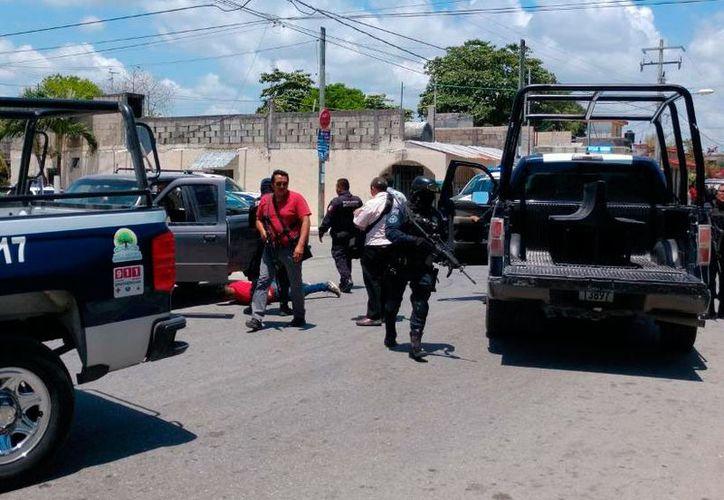 En la Región 102 los policía lograron capturan a los ocupantes de la camioneta que disparó contra sus compañeros. (Redacción/SIPSE)