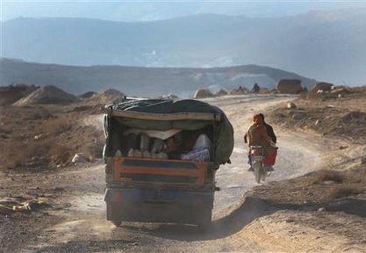 Residentes de la localidad siria de Yabroud evacúan ese lugar, el último de los que controlan los rebeldes en la región montañosa de Qalamoun. (Agencias)