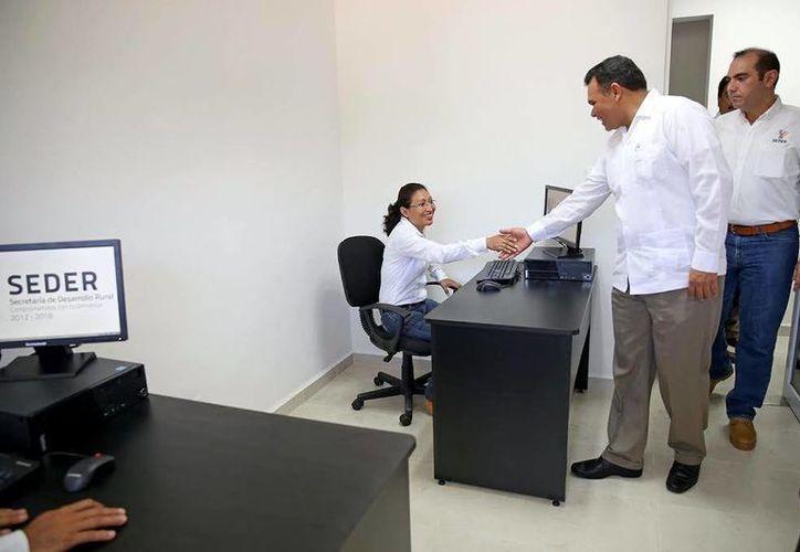El Gobernador recorrió la oficina regional de Valladolid, donde saludó a todo el personal. (Milenio Novedades)