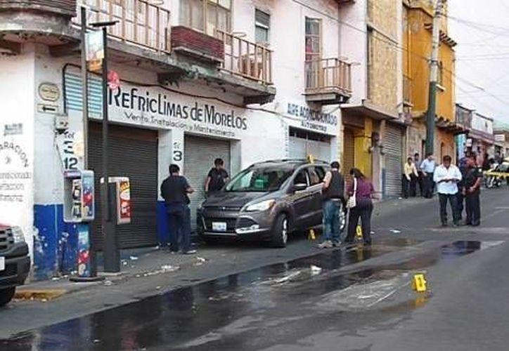 Así quedó el vehículo luego de que fueran baleados los presuntos delincuentes. (David Monroy/MILENIO)