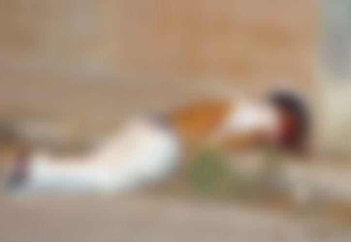 El cuerpo del joven quedó sobre la banqueta. (SIPSE)