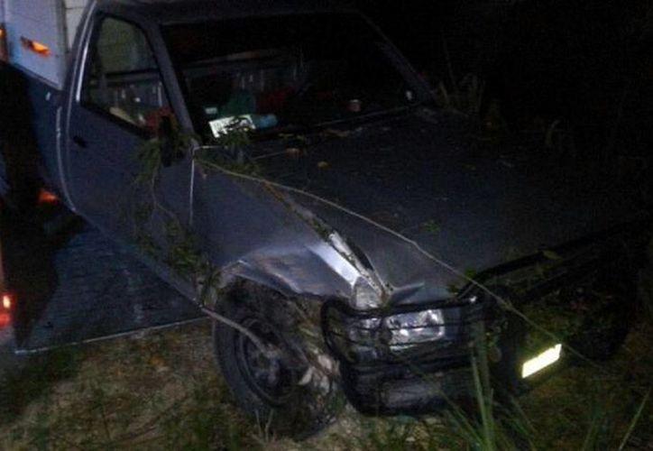 El vehículo quedó entre la maleza a 10 metros. (Javier Ortiz/SIPSE)