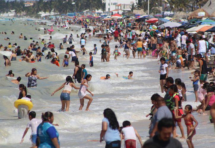El principal punto de encuentro de los vacacionistas son los sitios de playa, como Progreso. (Milenio Novedades)