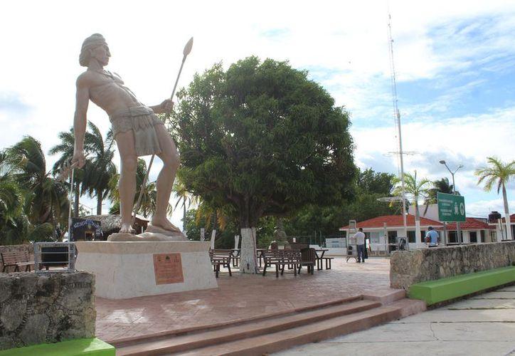 La estatua de Nachi Cocom costó más de un millón de pesos a la Apiqroo. (Daniel Tejada/SIPSE)