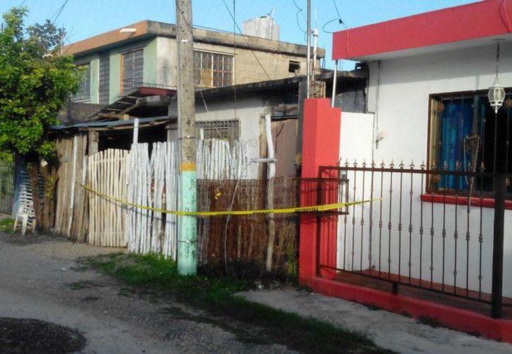 La mujer logró ingresar a la vivienda de su vecina, pero el agresor saltó la reja de madera y una vez en el interior, la golpeó y asesinó. (Redacción/SIPSE)