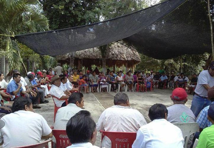 El representante de la planilla blanca presentó su plan de trabajo ante un grupo de campesinos. (Raúl Balam/SIPSE)
