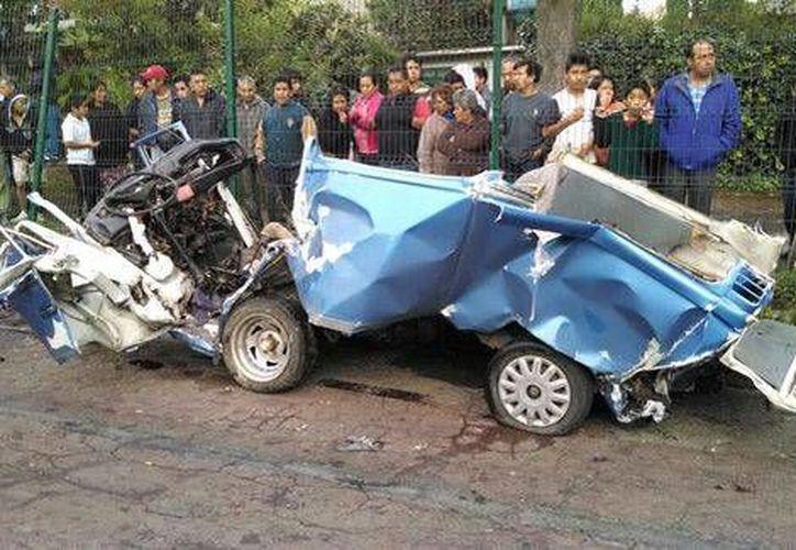 Así quedó la combi en la que viajaban cuatro militares músicos que fallecieron esta madrugada en la carretera México.Cuernavaca. (Milenio)
